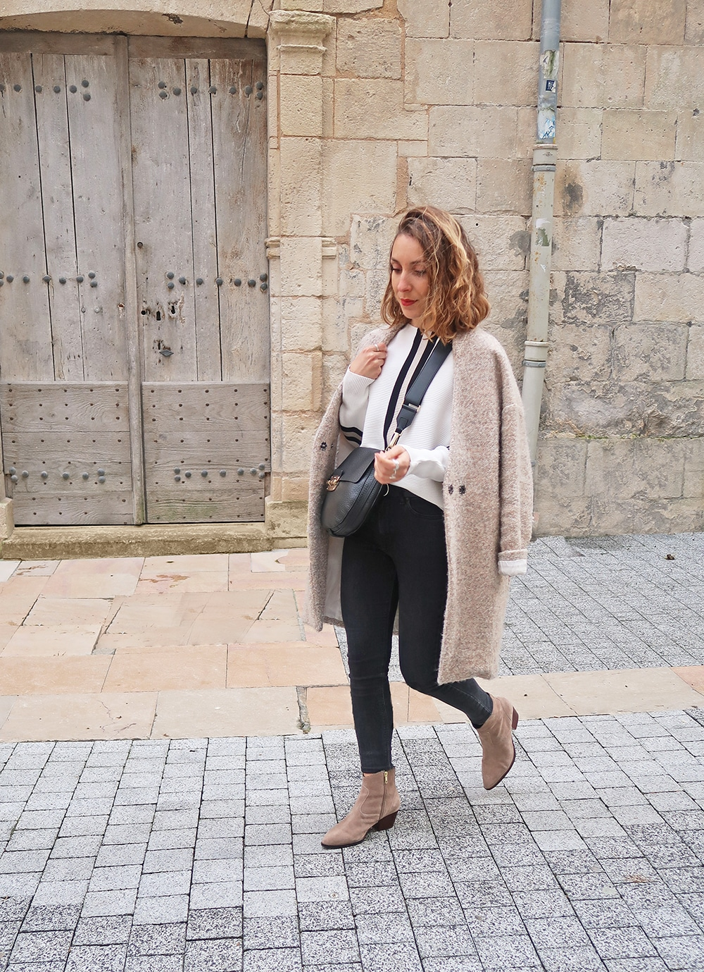 look couleur nude pull blanc rayures sport SheIn boots camel Ash La Rochelle