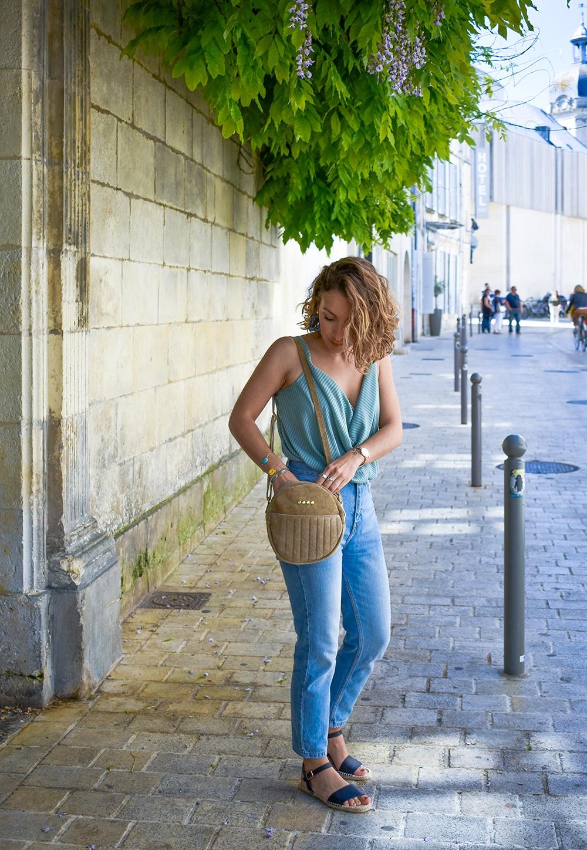 mum jean bleached sac rond beige la petite fleche sandales noires