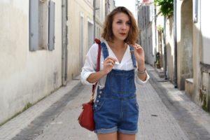 salopette en jean chemise blanche