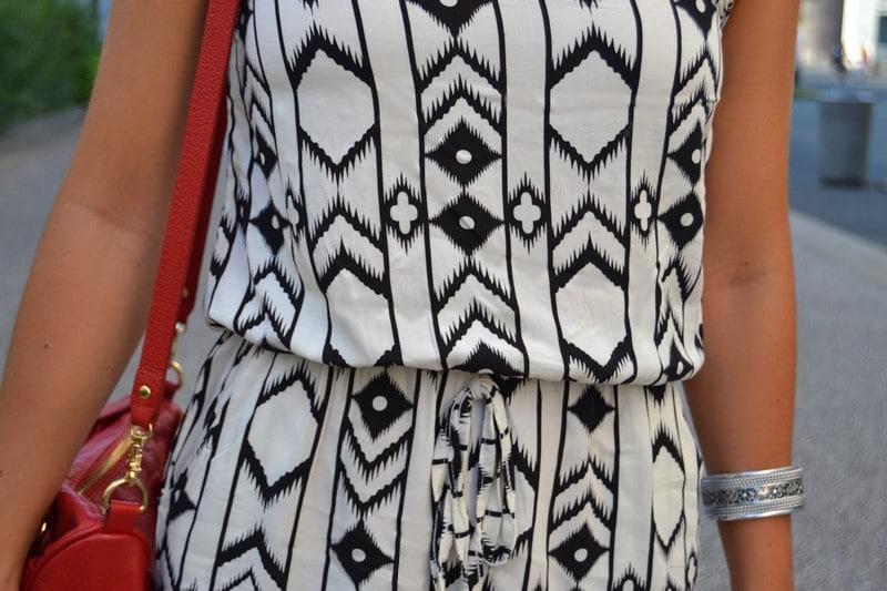 combinaison azteque noir blanc sac rouge