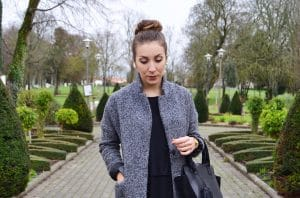 robe noire converses blanche manteau gris